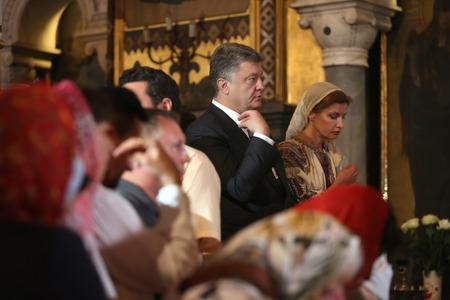 battesimo: KIEV, Ucraina - 28 giugno 2015: Presidente dell'Ucraina Petro Poroshenko e sua moglie hanno partecipato una liturgia festiva nella cattedrale di San Vladimiro Patriarcale in occasione del battesimo della Rus-Ucraina