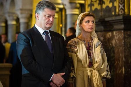 bautismo: KIEV, Ucrania - 28 de junio 2015: Presidente de Ucrania Petro Poroshenko y su esposa asistieron a una liturgia festiva en St. Vladimir Patriarcal catedral en ocasi�n del bautismo de la Rus de Kiev-Ucrania