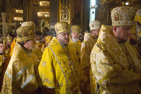 battesimo: KIEV, Ucraina - 28 giugno 2015: Sacerdoti durante la liturgia festiva presso la Cattedrale di San Vladimir Patriarcale in attività, in occasione della Giornata del Battesimo della Rus-Ucraina Editoriali