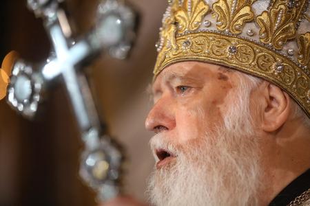 battesimo: KIEV, Ucraina - 28 giugno 2015: Primate della Chiesa Ortodossa Ucraina del Patriarcato di Kiev Filarete durante la liturgia festiva presso la Cattedrale Patriarcale St.Vladimir in occasione del battesimo della Rus-Ucraina Editoriali
