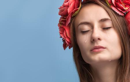 mujer decepcionada: Close-up retrato de la hermosa ni�a llorando con l�grimas en las mejillas y el copia-espacio Foto de archivo