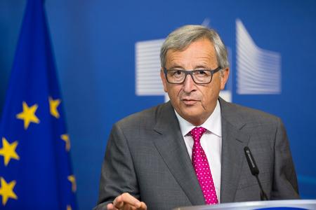 de vaqueros: BRUSELAS, BÉLGICA - 27 de agosto 2015: Presidente de la Comisión Europea, Jean-Claude Juncker, durante una conferencia de prensa conjunta con el presidente de Ucrania, Petro Poroshenko en Bruselas