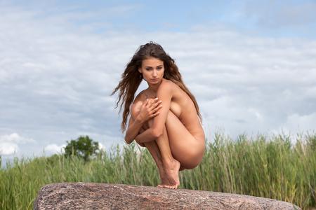 woman nude: Mujer desnuda joven hermosa en fondo de la naturaleza