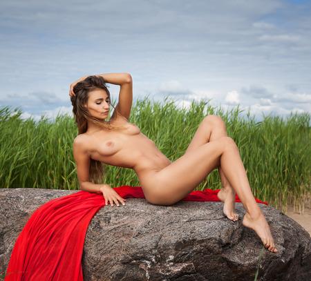 desnudo de mujer: Mujer desnuda joven hermosa en fondo de la naturaleza