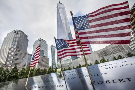 뉴욕, 미국 - 2015 년 9 월 27 일 : 2001 년 9 월 11 일 희생자 기념관. 세계 무역 센터 그라운드 제로 기념관. 이 기념관은 2001 년 9 월 11 일 공격 10 주년을 기 에디토리얼
