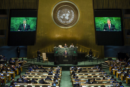 NEW YORK, Verenigde Staten - 29 september 2015: Toespraak van de president van Oekraïne Petro Poroshenko tijdens het algemene debat van de 70e zitting van de Algemene Vergadering van de Verenigde Naties in New York Redactioneel