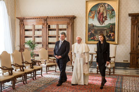 papal audience: VATICAN CITY, VATICAN  - Nov 20, 2015: President of Ukraine Petro Poroshenko with his wife Marina and Pope Francis during a meeting in Vatican