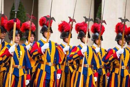 바티칸, 바티칸 - 일 (20), 2015 제복을 입은 교황 스위스 가드. 현재 이름 스위스 경비대는 일반적으로 로마 바티칸에 주둔 교황청의 교황 스위스 가드를 말한다 스톡 콘텐츠 - 48461271