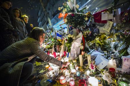 PARIJS, FRANKRIJK - 29 november 2015: Bloemen dichtbij theater Le Bataclan in eerbetoon aan de slachtoffers van de 13 november 2015 terroristische aanslag in Parijs