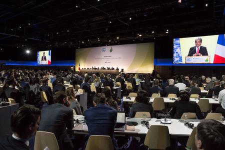 PARIJS, FRANKRIJK - 30 november 2015: Het harde werk in het perscentrum tijdens de 21e zitting van de VN-conferentie over klimaatverandering