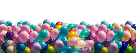 El manojo de globos de colores frontera aislado en blanco