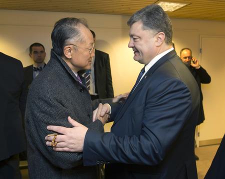 banco mundial: Davos, Suiza - el 22 de Ene, 2016: Presidente de Ucrania, Petro Poroshenko, y Director del Banco Mundial, Jim Yong Kim, durante la reuni�n en Davos (Suiza)