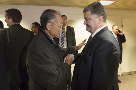 banco mundial: Davos, Suiza - el 22 de Ene, 2016: Presidente de Ucrania, Petro Poroshenko, y Director del Banco Mundial, Jim Yong Kim, durante la reunión en Davos (Suiza)