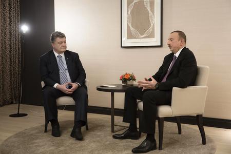 azerbaijani: DAVOS, SWITZERLAND - Jan 22, 2016: President of Ukraine Petro Poroshenko and Azerbaijani President Ilham Aliyev during the meeting in Davos (Switzerland)
