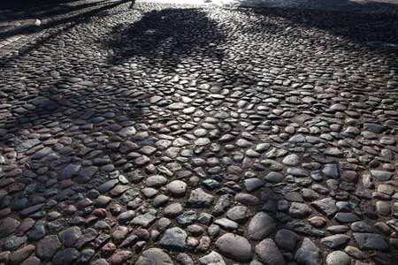 Resumen de fondo de carretera de adoquín. sombras de la madrugada en edad Kaunas