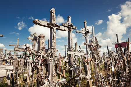 memorial cross: Siauliai, Lituania - 12 de julio 2015: Colina de las Cruces es un monumento único de la historia y el arte popular religioso y el lugar de peregrinación católica más importante de Lituania
