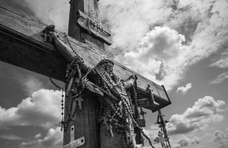 memorial cross: estatua de madera de Jesucristo en la colina de las cruces, un monumento único de la historia y el arte popular religioso y más importante lugar de peregrinación católica de Lituania