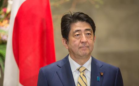 bandera japon: TOKIO, JAPÓN - Abr 06, 2016: El primer ministro japonés, Shinzo Abe, durante su reunión con el presidente de Ucrania, Petro Poroshenko en Tokio Editorial