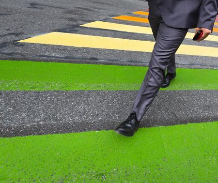 paso de peatones: Paso de cebra. El hombre en un traje con un teléfono móvil en la mano cruce de calles en paso de peatones en la ciudad Foto de archivo