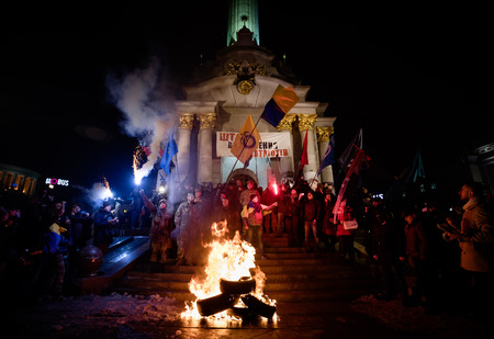flambeau: KIEV, UKRAINE - Nov 21, 2016: Activists of nationalist groups burn tyres in Independence Square as they gather to mark the anniversary of 2014 Ukrainian pro-European Union mass protests