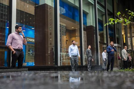 NEW YORK, USA - 3 mei 2016: Manhattan straatbeeld. Groep van werknemers van het bedrijf in Manhattan tijdens sigaret pauze voor Companys office