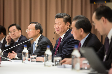 DAVOS, ZWITSERLAND - 17 januari 2017: President van de Volksrepubliek China Xi Jinping tijdens een ontmoeting met de Oekraïense president Petro Poroshenko tijdens de jaarlijkse bijeenkomst van het World Economic Forum 2017