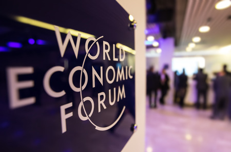 DAVOS, ZWITSERLAND - 19 januari 2017: Embleem van het World Economic Forum in Davos (Zwitserland)