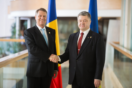 ST. JULIANS - MALTA, 30 March 2017: President of Ukraine Petro Poroshenko and President of Romania Klaus Johannis during the meeting during the congress of the European Peoples Party (EPP) in Malta 新聞圖片