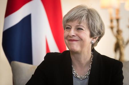 Londen, 10 april 2017: Eerste Minister van het Verenigd Koninkrijk Theresa Mei lacht tijdens een officiële ontmoeting met de president van Oekraïne Petro Poroshenko op 10 Downing Street in Londen Redactioneel