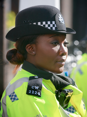 st jamess: LONDON, UK - Apr 19, 2017: Metropolitan policewoman on duty at 10 St Jamess Square The Royal Institute of International Affairs Chatham House