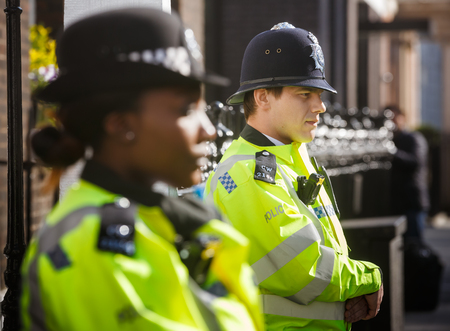 LONDEN, UK - 19 april 2017: Metropolitan police officers on duty at 10 St James's Square The Royal Institute of International Affairs Chatham House Redactioneel