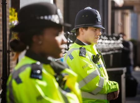LONDRES, Reino Unido - 19 de abril de 2017: oficiales de policía metropolitanos de servicio en 10 St James's Square El Royal Institute of International Affairs Chatham House Editorial