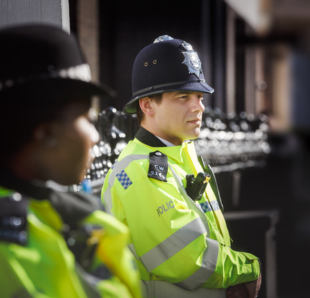 mujer policia: LONDON, UK - Apr 19, 2017: Metropolitan police officers on duty at 10 St Jamess Square The Royal Institute of International Affairs Chatham House