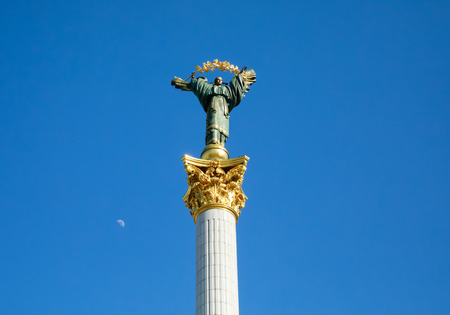 angel de la independencia: KIEV, UKRAINE - May 03, 2017: Independence Monument is a victory column located on Maidan Nezalezhnosti (Independence Square) in Kiev and is commemorated to the Independence of Ukraine Editorial