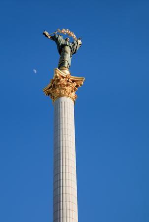 angel de la independencia: KIEV, Ucrania - 03 de mayo 2017: Monumento a la Independencia es una columna de la victoria situada en Maidan Nezalezhnosti (Plaza de la Independencia) en Kiev y se conmemora a la Independencia de Ucrania