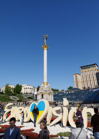 angel de la independencia: KIEV, Ucrania - 01 de mayo de 2017: Emblema de Eurovisión contra el Monumento a la Independencia en Maidan Nezalezhnosti (Plaza de la Independencia) en Kiev Editorial