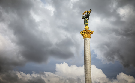 angel de la independencia: KIEV, Ucrania - 08 de mayo 2017: El monumento de la independencia es una columna de la victoria situada en Maidan Nezalezhnosti (plaza de la independencia) en Kiev y se conmemora a la independencia de Ucrania