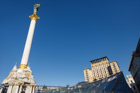 angel de la independencia: KIEV, Ucrania - 01 de mayo de 2017: El monumento de la independencia es una columna de la victoria situada en Maidan Nezalezhnosti (plaza de la independencia) en Kiev y se conmemora a la independencia de Ucrania