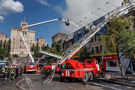 KIEV, UCRANIA - Jun 20, 2017: Bomberos ucranianos tratan de apagar un incendio en una casa de tres pisos en la calle Khreshatyk, la calle principal de Kiev. Bomberos en acción Foto de archivo - 80666795