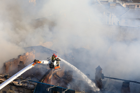 salvavidas: KIEV, UCRANIA - Jun 20, 2017: Bomberos ucranianos tratan de apagar un incendio en una casa de tres pisos en la calle Khreshatyk, la calle principal de Kiev. Bomberos en acción