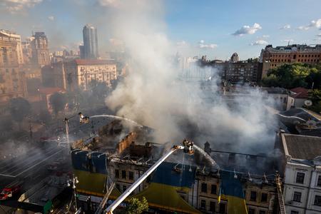 salvavidas: KIEV, UKRAINE - Jun 20, 2017: Ukrainian firefighters try to extinguish a fire in a three-story house on Khreshatyk street, the main street in Kiev. Firefighters in action