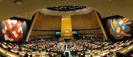 NEW YORK, Verenigde Staten - 20 sep. 2017: Panoramisch beeld van de United Nations Organization Hall tijdens de 72e zitting van de Algemene Vergadering van de VN. President van Oekraïne Petro Poroshenko spreekt