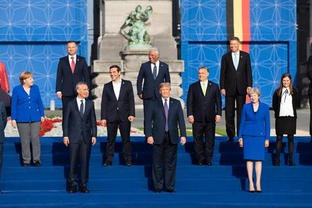 BRUSELAS, BÉLGICA - 11 de julio de 2018: Jens Stoltenberg, Donald Trump, Angela Merkel y Teresa May en la foto de grupo de los participantes de la cumbre de la alianza militar de la OTAN