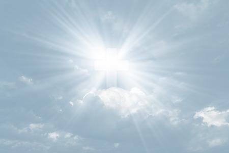 Zeichen des Glaubens. Kreuz im Himmel in hellblauer Tonalität