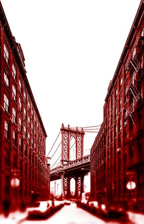 Puente de Manhattan y Empire State Building vistos desde Brooklyn, Nueva York. Imagen en dramática tonalidad roja con un primer plano borroso. Foto de archivo
