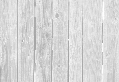 Nahaufnahme von alten grauen Holzzaunplatten. Bild in hellgrauer Tonalität
