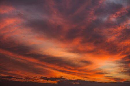Abstrakter Naturhintergrund. Bunter dramatischer Himmel mit Wolken bei Sonnenuntergang. Dramatischer und stimmungsvoller rosa, lila und blauer bewölkter Sonnenuntergangshimmel