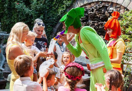 UZHGOROD, UKRAINE - 20 août 2015 : Des clowns montrent des bulles de savon aux enfants pendant les vacances des enfants. Enfants et adultes jouent à la bulle de savon