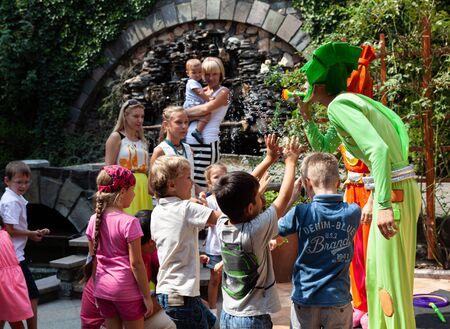 UZHGOROD, UKRAINE - 20 août 2015 : Des clowns montrent des bulles de savon aux enfants pendant les vacances des enfants. Enfants et adultes jouent à la bulle de savon Éditoriale