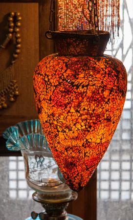 abatjour: Tradizionali lampadari in vetro arabo in mostra a mercato tradizionale a Damasco, Siria